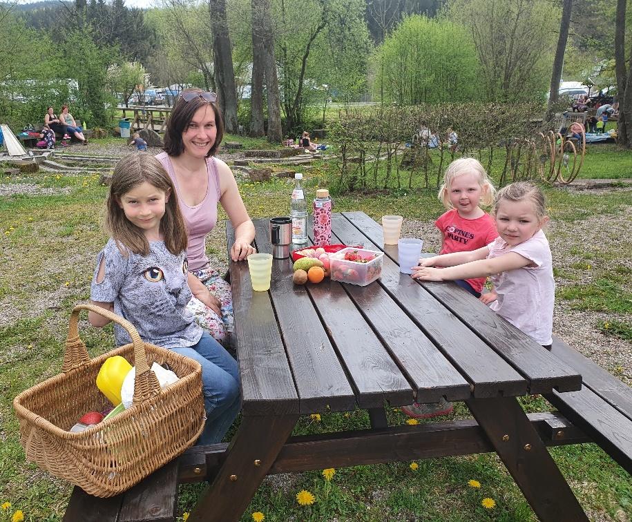 Heike Krump, die selbst Mitglied im Familienteam des Wallenfelser Frankenwaldvereins ist, nutzte bereits mit ihren beiden Töchtern Lina und Lotta sowie ihrer Nichte Tilda die neue Sitzgruppe für eine kurze Rast.