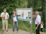 Projektbetreuerin Beate Singhartinger erläutert Landrat Oswald Marr (re.) und 1. Bürgermeister Peter Hänel (li.) das Konzept