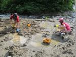 Im Sand mit Wasser zu Matschen macht zwar manchmal nasse Füße, dafür aber viel Spaß