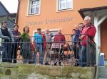 Die Wandergruppe vor dem Dorfgasthaus Parteymüller