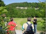 Dr. Harald Tragelehn erläutert die Zeyerner Wand, ein wichtiges Geotop in der Region