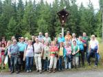 Gruppenfoto vor dem Fünf-Wunden-Kreuz am Höhenweg