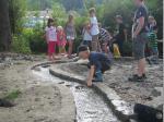 Gespannt warteten die Kids, ob ihr Floß die Fahrt durch den Kanal schafft