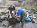 Michael Förner und Christian Krump nutzten den niedrigen Wasserstand der Wilden Rodach zum Säubern des Flusslaufes