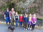 Naturschutzwart Alexander Schlee (2.v.l.) mit seinem Helfer Stefan Mähringer und den zahlreichen Kindern.