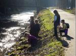 Vom Ufer der Wilden Rodach aus beobachteten die Kinder das Anbringen der Vogelhäuser.